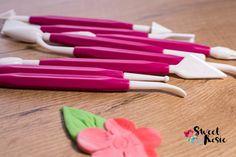 Modellierwerkzeug ist ein Must Have für jeden Tortenkünstler. Und Sweet Rosie bietet ein tolles Set an. www.kuchenwelt.at Plastic Cutting Board, Decorating, Amazing, Creative