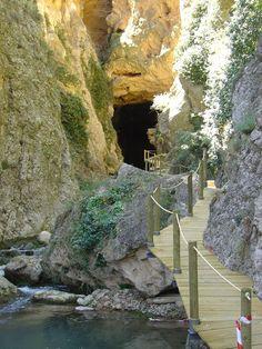 Camino de la cascada o Pozo de Las Palomas (Las Parras de Martín, Utrillas - Teruel, Spain-) The Places Youll Go, Places To See, Beautiful World, Beautiful Places, Spain And Portugal, Spain Travel, Tourism, Vacation, Landscape