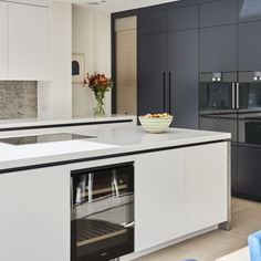 Modern kitchen pictures and photos for your next decorating project. Find inspiration from of beautiful living room images Kitchen Family Rooms, Kitchen On A Budget, New Kitchen, Kitchen Dining, Kitchen Ideas, Kitchen Post, Kitchen Planning, Kitchen Black, Awesome Kitchen