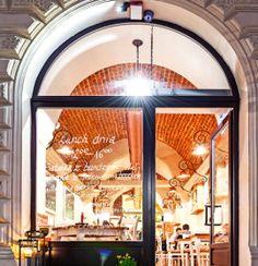 Restauracja Zdybanka to niebanalne miejsce, gdzie biel i kolor miedzi dominuje we wnętrzu lokalu, tworząc wręcz idealne miejsce na spotkanie.