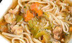 Receta de Sopa japonesa Spaghetti, Ethnic Recipes, Food, Soy Sauce, Soup Recipes, Soups, Japanese Soup, Chicken Thighs, Casserole
