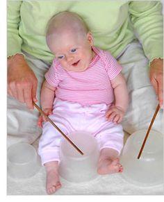 2 juegos para estimular el desarrollo del oído, sentido del ritmo y sentido de causa y efecto en bebés de 3 meses y 1 semana.