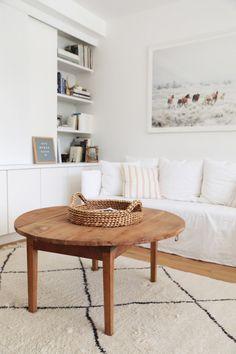Table basse en bois ronde // © Hellø Blogzine // Home Tour Lara Loves Paris Chaise Haute Design, Armoire Ikea, Dining Bench, Dining Room, Sweet Home, House Design, Interior Design, Blog, Furniture
