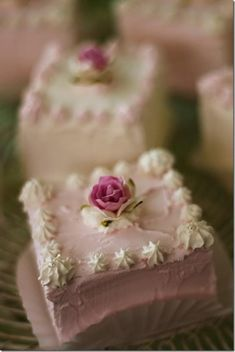 ❥ Sweet Little Cakes for a Shabby Tea Party Love square cupcakes Pretty Cakes, Beautiful Cakes, Amazing Cakes, Fancy Cakes, Mini Cakes, Petit Cake, Brownie Desserts, Little Cakes, Small Cake