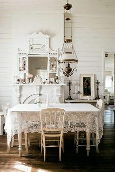 une belle salle de séjour de couleur blanc, nappe de table en dentelle blanche