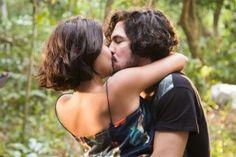 Miguel (Gabriel Leone) e Olívia (Giullia Buscacio) se beijam (Foto: Globo/Cesar…