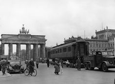 The saloon car in which the armistice of 1918 and then the one of 1940 was signed, here in Berlin. The railway wagon, pulled by a tractor after driving through the Brandenburg Gate on Unter den Linden.