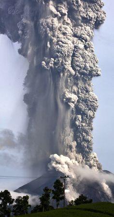 Tremenda imagen del volcán activo en Sumatra en el monte Sinabung