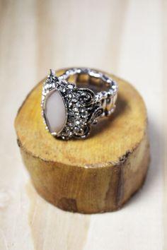 Para a mulher que se sente única, abuse das características exuberantes com o anel Monarca.