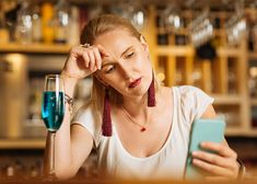 woman in a bar with a drink looking at her phone with a worried look Social Media Negative, Social Media Usage, Screen Time App, Green Eyed Monster, Focus Your Mind, Anxiety Causes, Science Articles, Body Confidence, Social Events