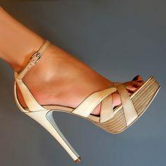 Edee2 Women's Leather Platform Sandal in Medium Natural by GUESS ... zucht... gewoon perfect!