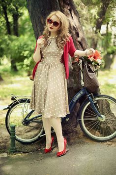 Um vestido assim, numa cor neutra, mesmo que com bolinhas brancas, pode combinar com diversas cores de acessórios e cardigãs. Inspirador.