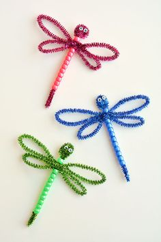 These beaded pipe cleaner dragonflies are CUTE AND EASY! All you need are pipe cleaners, beads and googly eyes and you can make one in less than 5 minutes! Arts And Crafts For Teens, Art And Craft Videos, Arts And Crafts House, Easy Arts And Crafts, Spring Crafts For Kids, Crafts For Girls, Summer Crafts, Summer Kids, Popular Crafts