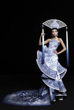 "littleredqueen: ""f-l-e-u-r-d-e-l-y-s: "" Beautiful,The Arabian Night Guo Pei Haute Couture show 2010 "" i love love love this designer! Style Couture, Couture Mode, Couture Fashion, Runway Fashion, Asian Fashion, Look Fashion, High Fashion, Fashion Show, Chinese Fashion"