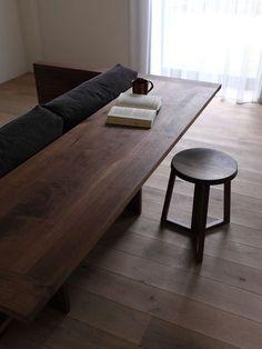 Coup de cœur pour ce meuble deux en un qui se compose d'un canapé et d'un bureau. CARAMELLA est en bois massif avec un design simple et moderne.