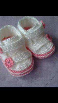 Crochet ideas that you'll love Booties Crochet, Crochet Baby Boots Pattern, Baby Booties Free Pattern, Crochet Baby Shoes, Crochet Baby Booties, Baby Knitting Patterns, Knitting Stiches, Baby Patterns, Baby Sneakers