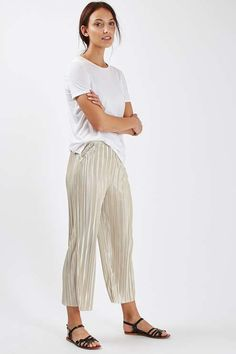 Mix up your casual wardrobe with these pleat trousers, in an edgy shorter length. Style with casual sliders and an off-the-shoulder bardot top for a cool finish. #Topshop