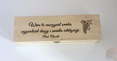 """""""Wino to nauczyciel smaku, wyzwoliciel duszy i światło inteligencji."""" - Paul Claudel  Pudełko drewniane na wino zabezpieczone lakierem bezbarwnym.   Może być idealnym opakowaniem """"winnego prezentu"""".  Wykonane z drewna sosnowego o wymiarach (dł/szer/wys) 36x11x9,8 cm z ręcznie wypaloną sentencją.  Wiele innych drewnianych pudełek na: https://motto-studio.pl/pl/c/pudelka-drewniane/27"""