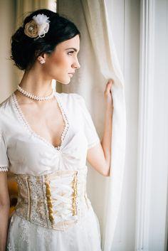Romantisch-glamouröser Styled Shoot einer Luxusbraut im Brautdirndl. Eine moderne, luxuriöse, vintage angehauchte Brautdirndl-Hochzeit wird Wirklichkeit.