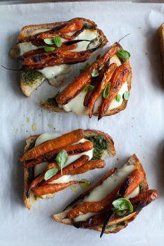 Geräucherte Mini-Karotten auf Bruschetta mit Pesto und Mozzarella.