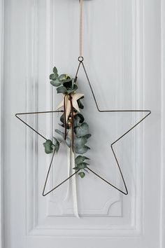 30 Minimal Christmas Decor Ideas for The Subtle-Lovers Out There! 30 Minimal Christmas Decor Ideas for The Subtle-Lovers Out There! Danish Christmas, Minimal Christmas, Noel Christmas, Winter Christmas, Christmas Wreaths, Christmas Crafts, Hygge Christmas, Christmas Design, Homemade Christmas