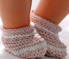 The other shoes are knitted in garter sts. Both shoes can be used to all these clothes. Barbie Knitting Patterns, Knitting Dolls Clothes, Baby Doll Clothes, Sewing Dolls, Doll Clothes Patterns, Doll Patterns, Baby Pattern, Shoe Pattern, Gestrickte Booties