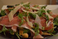 Straccetti di pizza con rucola e scaglie di parmigiano