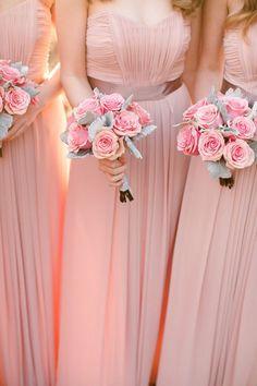 Damas de honor vestidas igual y con ramos. En color melocotón y menta. Rosa