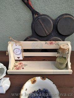 Doplňek do kuchyně. Polička je vhodná pro bydlení styl rustikální, Provence (provensálský), chalupářský venkovský styl. Jako z pohádky, jen jeden kus.