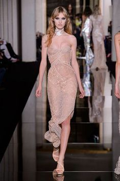 Versace Couture Spring 2015 - Versace's Most Unforgettable Couture Runway Dresses - Livingly Couture Fashion, Runway Fashion, Fashion Models, High Fashion, Fashion Show, Fashion Design, Couture 2015, Atelier Versace, Versace 2015