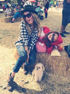 Ashley Tisdale & Mikayla, Maui. 26 Ottobre 2014.