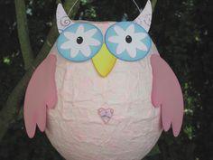 """Fürs Kinderzimmer, die Partydeko oder den St. Martin-Umzug: Selbstentworfene und -gebastelte Luftballon-Kleisterlaterne in Form der süssen hellrosa Eule """"Rosalie"""". Der recht stabile Körper besteht..."""