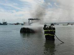 CONEXÃO BOMBEIRO : Fogo destrói lancha em Maceió