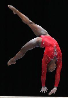A ginasta americana Simone Biles compete durante Campeonato Mundial de Ginástica Artística na Antuérpia, Bélgica - http://epoca.globo.com/tempo/fotos/2013/10/fotos-do-dia-2-de-outubro-de-2013.html (Foto: AP Photo/Yves Logghe)