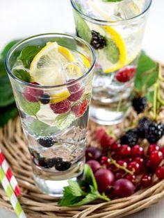 Trinkt euch schlank. Und zwar mit diesem oberleckeren Beeren-Schlankwasser.