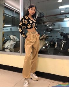 I love cropped cardigans and baggy pants what about u? Indie Outfits, Retro Outfits, Cute Casual Outfits, Vintage Outfits, Fashion Outfits, Unique Outfits, Fashion Tips, Yellow Outfits, Fashion Quiz