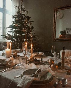 MagicLinen pure stone washed linen tablecloth and napkins. Beautiful Christmas tablescape by Cottage Christmas, Christmas Mood, Merry Little Christmas, Christmas Themes, Christmas Decorations, Holiday Decor, Summer Christmas, Winter Diy, Christmas Tablescapes