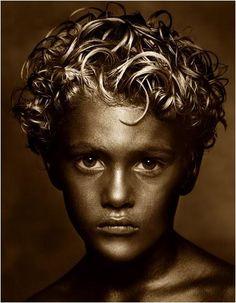GOLDEN BOY È di una foto del 1990 di Albert Watson dal titolo Golden Boy che pare ispirò Michael per la copertina dell'album 'Invincible'...ma perchè fu poi modificata? (continua a leggere)