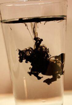 Tinta china en un vaso de agua, causa efecto asombroso.