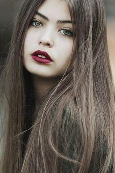 couleur de cheveux chatain clair sur mèches très longues, nuances cendres, yeux verts, bouche en rouge vermeil, teint de porcelaine