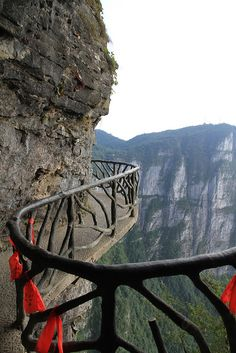 Walkways of Mount Tianmen, Zhangjiajie, China (by murdog36).