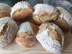 Knapperige no-knead broodjes - Pain de Merle Bread Dishes, Food Dishes, Thermomix Bread, Homemade Dinner Rolls, Baked Rolls, No Knead Bread, Vegan Bread, Bread Cake, Ciabatta