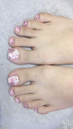 Girls Nail Designs, Nail Art Designs Videos, Pedicure Designs, Pedicure Nail Art, Toe Nail Designs, Bling Nails, Gold Nails, Swag Nails, Pretty Toe Nails