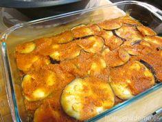 Coloca un tercio de la berenjena en la bandeja y reparte un tercio de la salsa de tomate