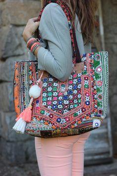 Hola hoy os traigo una representación boho en forma de bolso que combina colores, borlas y pedrería. Ideal para complementar cualquier outfit