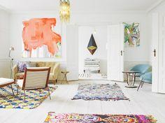 Wonen in een vrolijk kleurenpalet I like the blue accent chairs