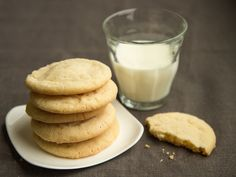 These super-easy chewy sugar cookies are perfect with a cup of tea or a glass of cold milk. Easy Oatmeal Raisin Cookies, Chewy Sugar Cookies, Sugar Cookies Recipe, Cookie Recipes, Dessert Recipes, Meringue Cookies, Sweet Cookies, Homemade Desserts, Yummy Cookies