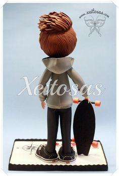 Fofucho skater personalizado con su patín de goma eva pintado a mano  www.xeitosas.com
