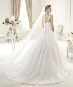 Pronovias te presenta el vestido de novia Uri. Costura 2014.   Pronovias