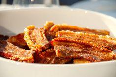 Opskrift på langtidsstegt flæsk i ovn, der giver dig meget mørt kød og særdeles sprød og knasende sprød svær. Til langtidsstegt flæsk til fire personer skal du bruge: 800 gram flæsk i skiver 2 tesk…